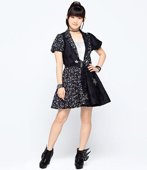 夜空、星がモチーフの黒いワンピース衣装を着こなすアイドル時代の嗣永桃子