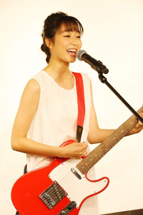 歌手・高田夏帆誕生 真っ赤なギターで人生初ライブ!